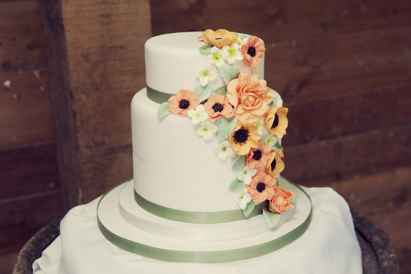 floral wedding cake http://www.rebeccadouglas.co.uk/