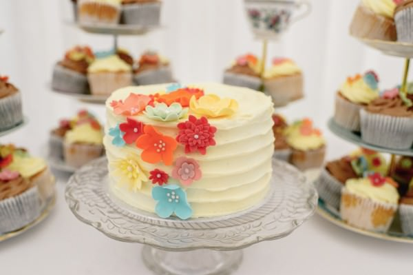 Relaxed Colourful Pretty Wedding Vintage Retro Cake http://www.daffodilwaves.co.uk/