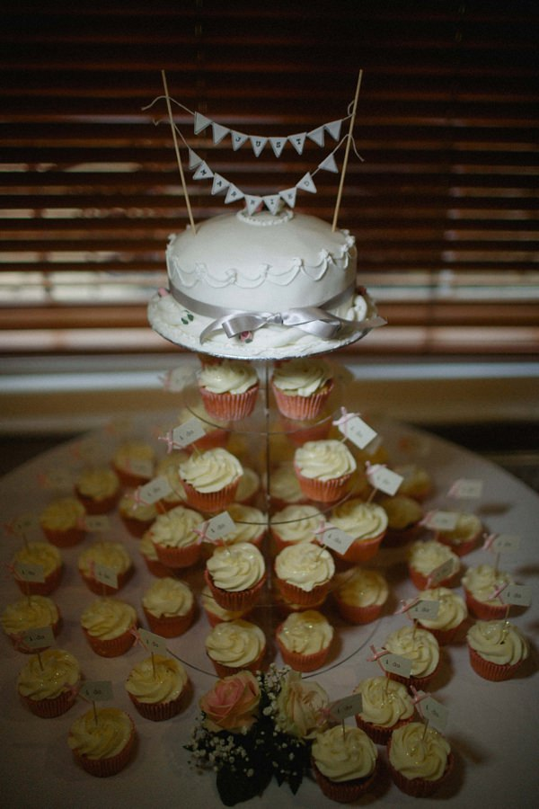 Stylish Relaxed Hertfordshire Wedding Cupcakes http://www.mikiphotography.info/