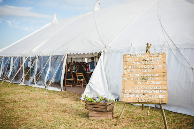 Sign Pallet Wooden Rustic Country Marquee Foliage Gingham Wedding http://www.sophieduckworthphotography.com/