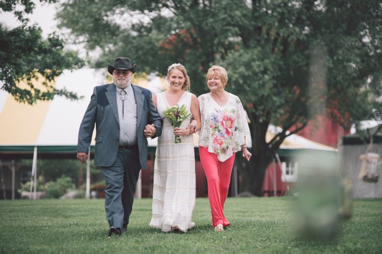 Vintage Bohemian Red Barn Wedding Illinois http://www.ronirosephotography.com/