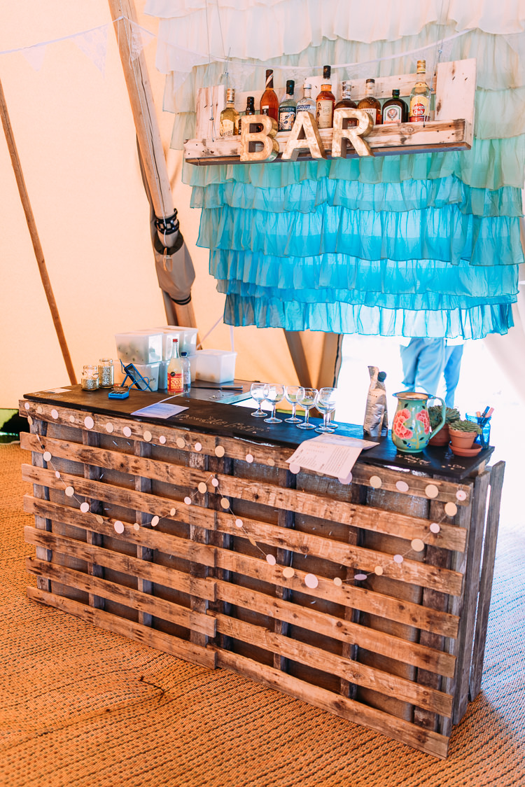 Pallet Bar Ombre Backdrop Fabric Creative Festival Tipi Wedding http://www.annapumerphotography.com/