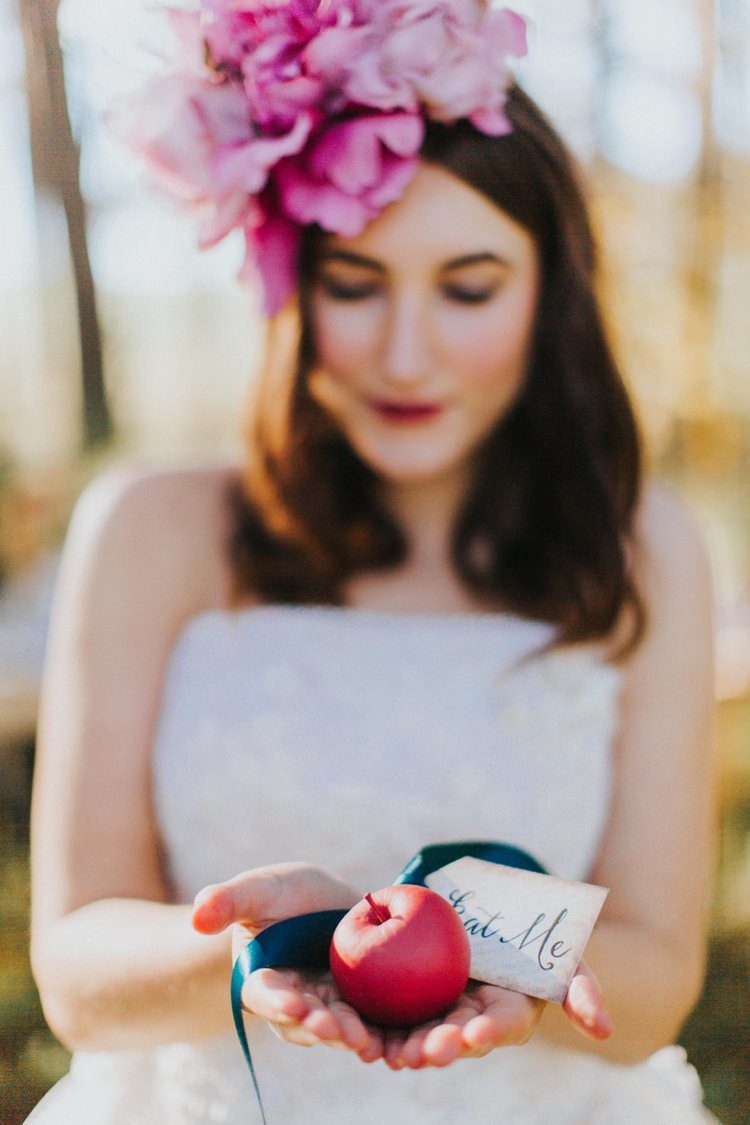 Eat Me Tag Apple Alice in Wonderland Wedding Ideas http://nataliepluck.com/