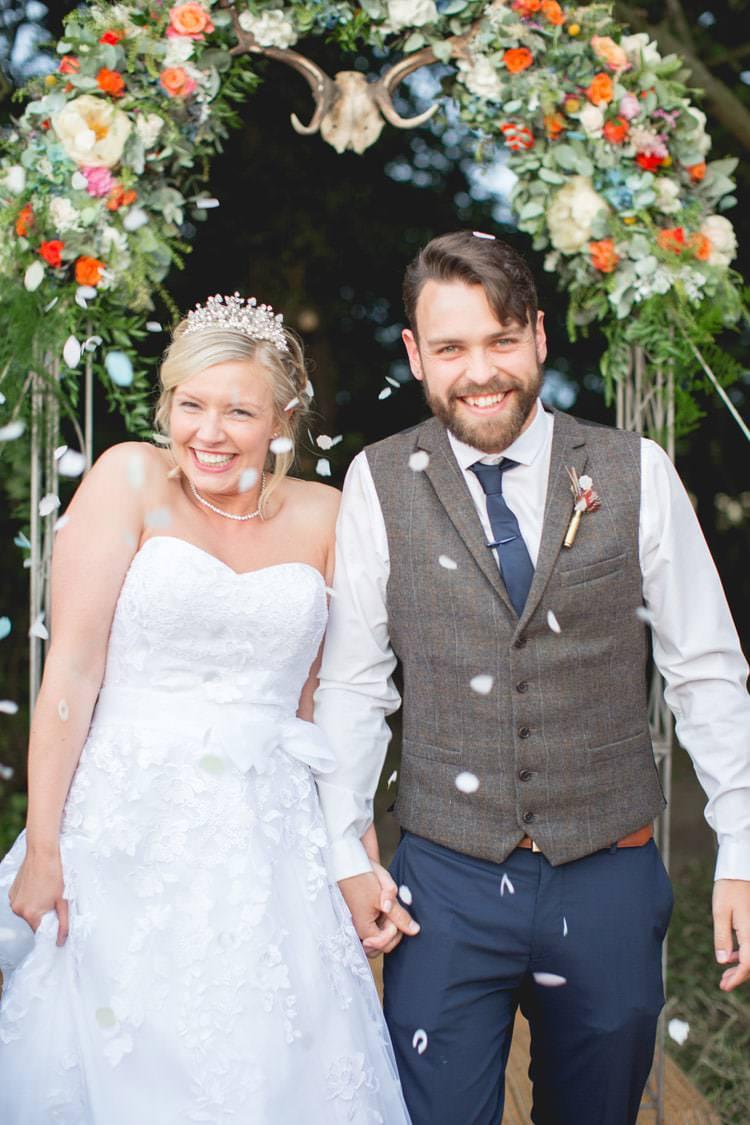 Confetti Throw Family Farm Festival Wedding https://amylouphotography.co.uk/