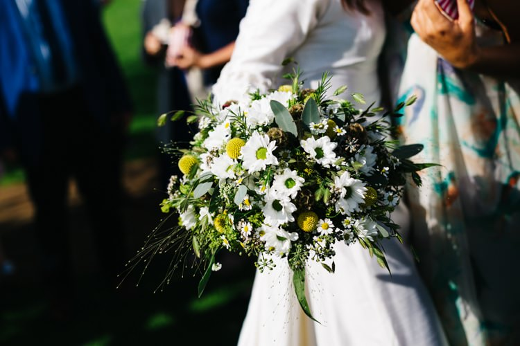 Dasy Billy Ball Bouquet Flowers Bride Bridal Vintage Home Made Farm Wedding http://www.honeyandthemoonphotography.co.uk/