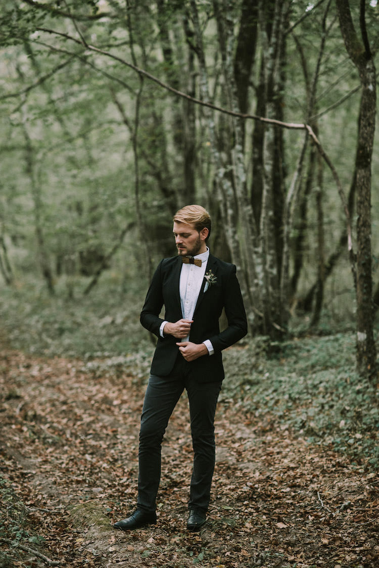 Groom Black Jacket Pants White Polka Dot Shirt Wooden Bowtie Floral Buttonhole Autumn Leaves Organic Woodland Elopement Wedding Ideas http://www.miraalpajarito.es/