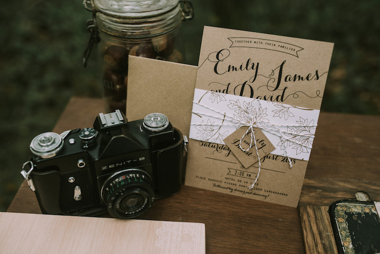 Guestbook Table Wedding Stationery Invitation Black Calligraphy Leaf Decoration White String Bow Vintage Camera Glass Jar Organic Woodland Elopement Wedding Ideas http://www.miraalpajarito.es/