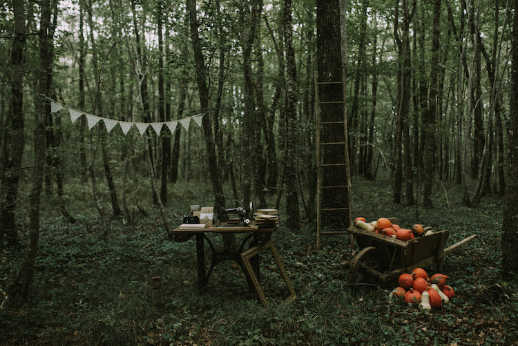 Outdoor Ceremony Idea Wooden Guestbook Table Vintage Camera Sewing Machine Ladder Hanging Bunting Wheelbarrow Pumpkins Organic Woodland Elopement Wedding Ideas http://www.miraalpajarito.es/