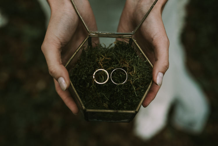 Wedding Bands Gold Glass Container Green Leaves Organic Woodland Elopement Wedding Ideas http://www.miraalpajarito.es/