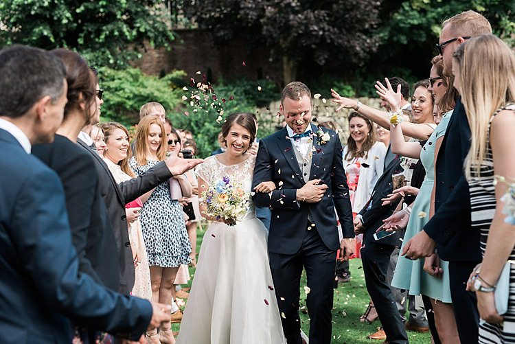Confetti Throw Bride Groom Chic Natural Garden Wedding http://www.folegaphotography.co.uk/