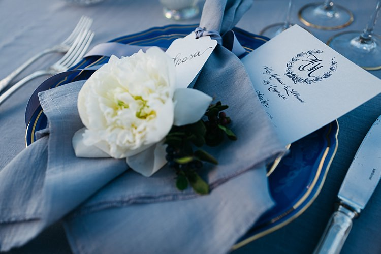 Reception Table Setting Black White Stationery Calligraphy Fresh White Rose Grey Napkin Silver Cutlery Rustic Chic Greenery Wedding Ideas in Tuscany http://www.tastino0.it/