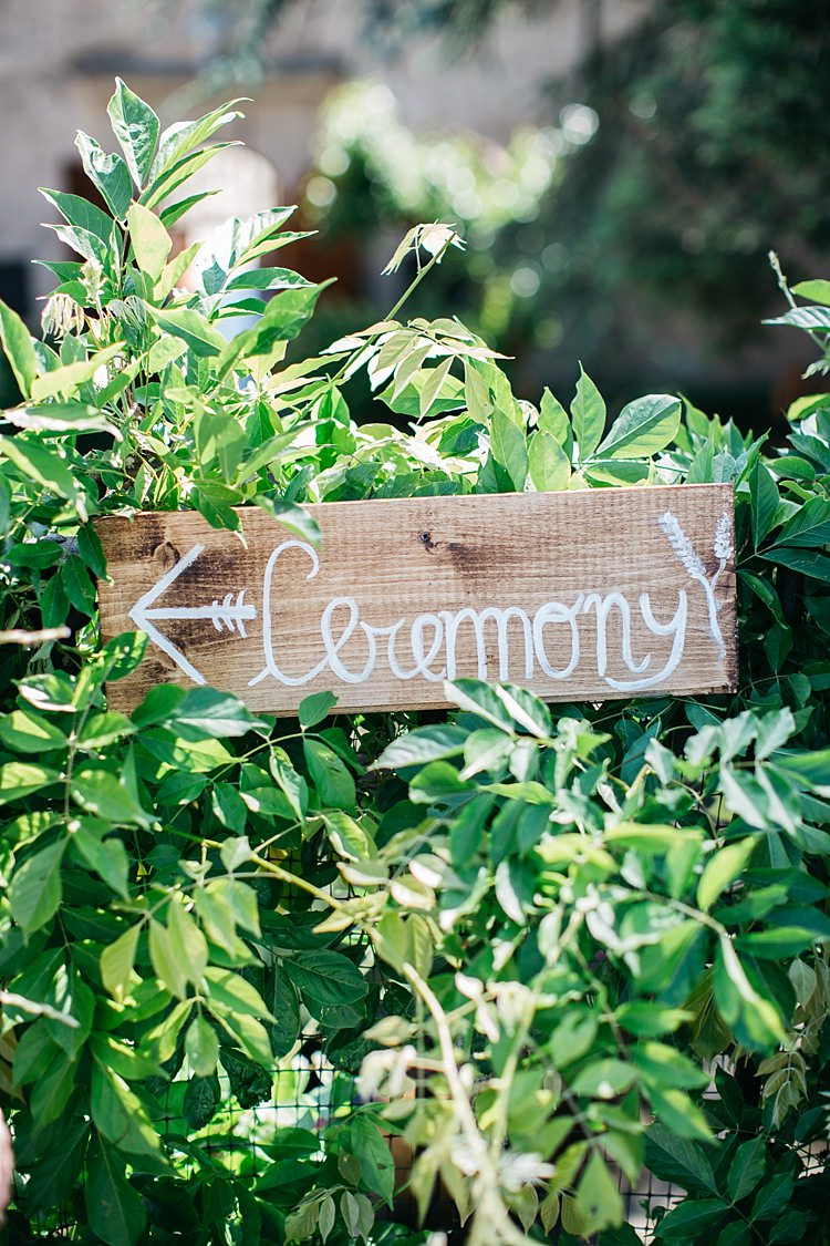 Outdoor Wooden Ceremony Sign White Handwriting Greenery Rustic Chic Greenery Wedding Ideas in Tuscany http://www.tastino0.it/