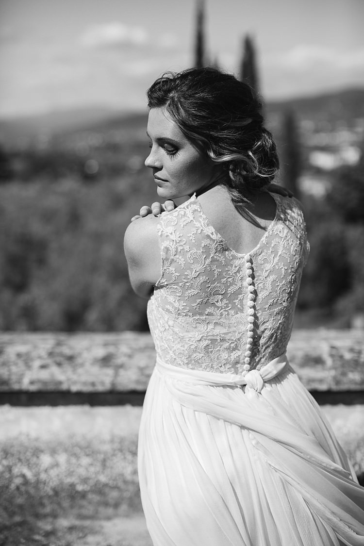 Bride High Neck Lace Tulle Bridal Gown Buttons Loose Curls Hairstyle Natural Makeup Rustic Chic Greenery Wedding Ideas in Tuscany http://www.tastino0.it/