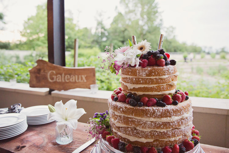 Naked Cake Berries Gerbera Flowers Wood Sign Colour Pop Summer French Chateau Wedding http://www.cottoncandyweddings.co.uk/