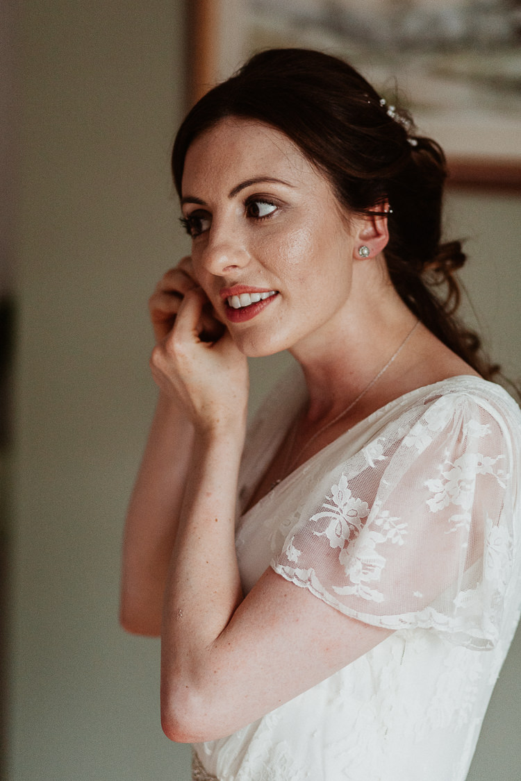 Make Up Beauty Bride Bridal Natural Beautifully Relaxed Outdoorsy Barn Wedding http://www.caitlinandjones.co.uk/