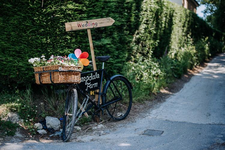 Bike Bicycle Decor Sign Basket Flowers Rustic Farm Barn DIY Wedding http://www.kazooieloki.co.uk/