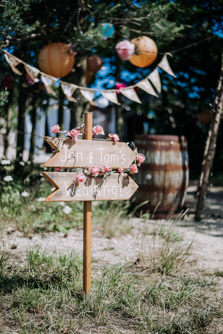 Wooden Sign Post Flowers Rustic Farm Barn DIY Wedding http://www.kazooieloki.co.uk/