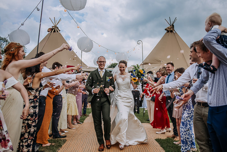Confetti Throw Bride Groom DIY Outdoor Tipi Vineyard Wedding http://www.kazooieloki.co.uk/