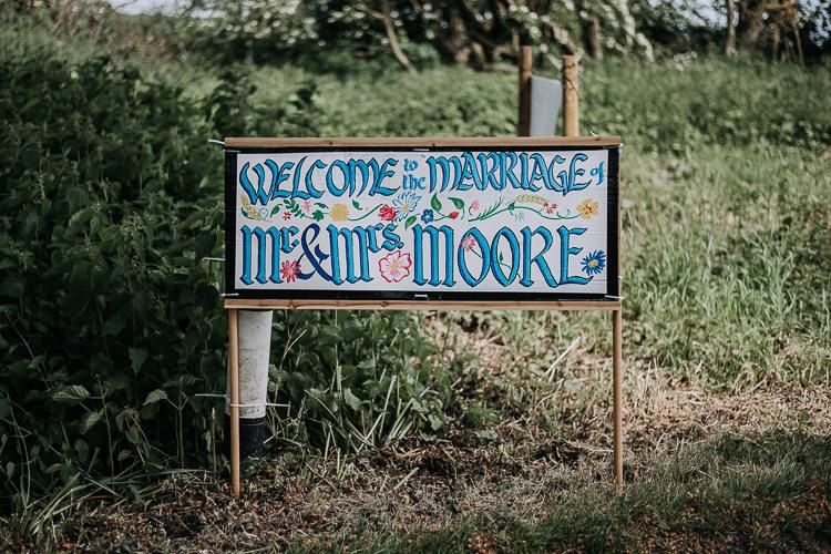 Painted Welcome Sign DIY Outdoor Tipi Vineyard Wedding http://www.kazooieloki.co.uk/