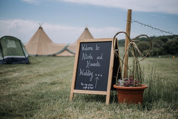 Black Chalk Board Welcome Sign DIY Outdoor Tipi Vineyard Wedding http://www.kazooieloki.co.uk/