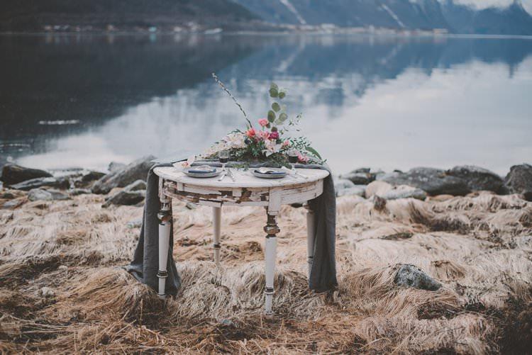 Table Runner Centerpiece Flowers White Grey Norway Mountain Elopement | Moody Chic Norwegian Fjord Wedding Ideas https://www.anoukfotografeert.nl/