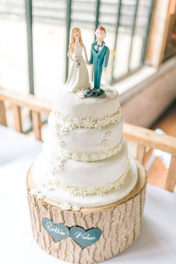 Daisy Cake Log Stand Rustic Summer Country DIY Barn Wedding http://sarahjaneethan.co.uk/