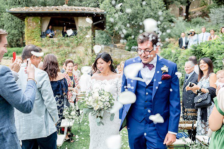 Confetti Throw Bride Groom Romantic Scenic Tuscany Destination Wedding http://ilariapetrucci.co.uk/
