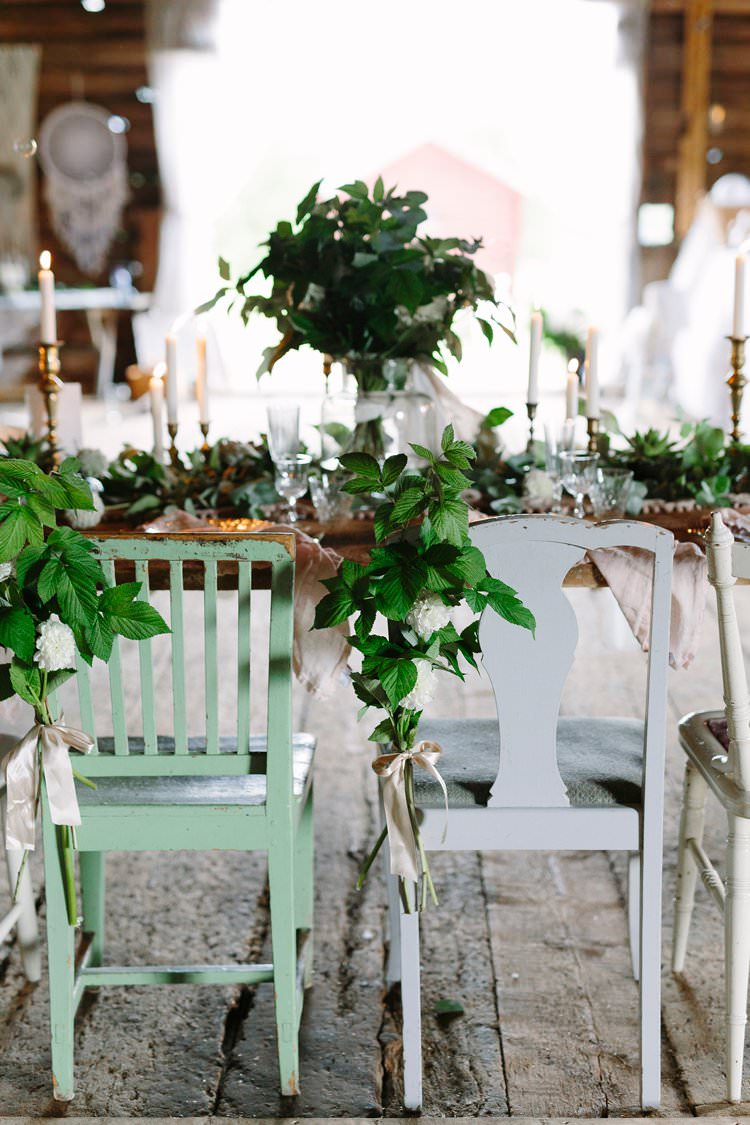 Chairs Mismatched Flowers Foliage Bohemian Luxe Greenery White Wedding Ideas Sweden http://www.lindapauline.se/