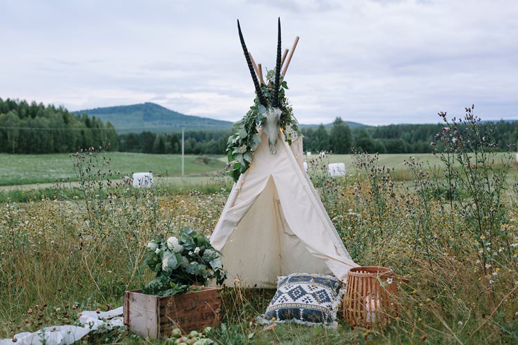 Forest Field Farm Wilderness Outdoor Boho Nature Tipi Antlers Cushion   Bohemian Luxe Greenery White Wedding Ideas Sweden http://www.lindapauline.se/