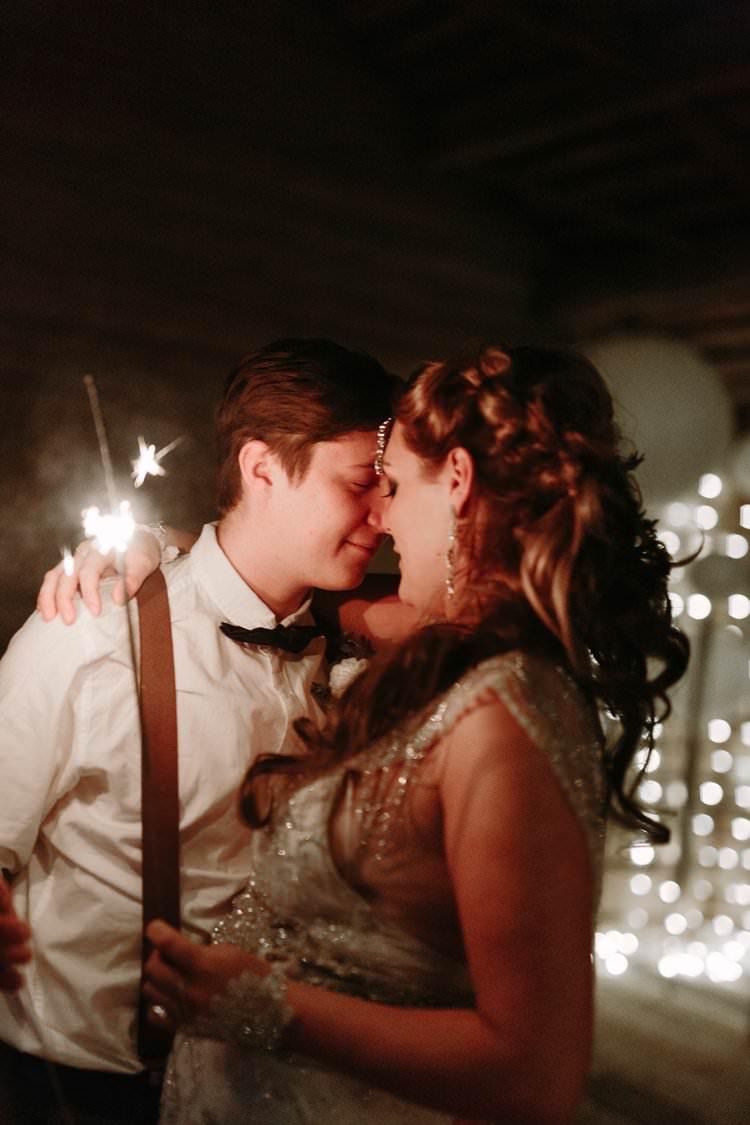 Bride Groom Kiss Sparklers Cabin Wilderness Outdoor Boho   Bohemian Luxe Greenery White Wedding Ideas Sweden http://www.lindapauline.se/