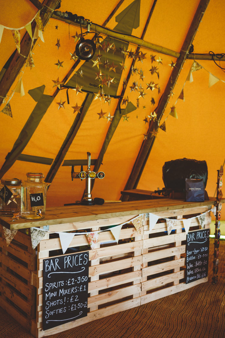 Wooden Pallet Bar DIY Hanging Gold Stars Relaxed Country Tipi Yellow Wedding Hampshire https://photography34.co.uk/